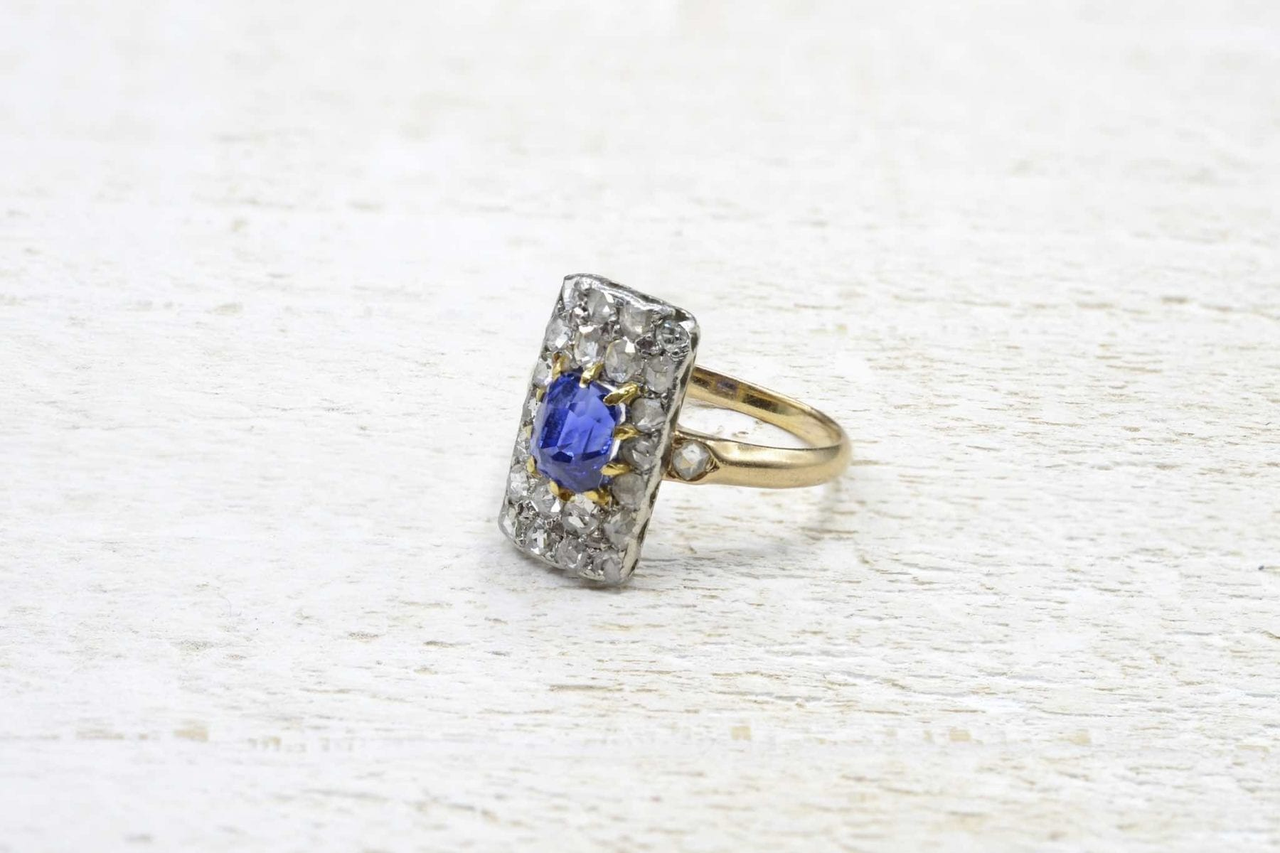 Sapphire and diamonds ring in 18k yellow gold