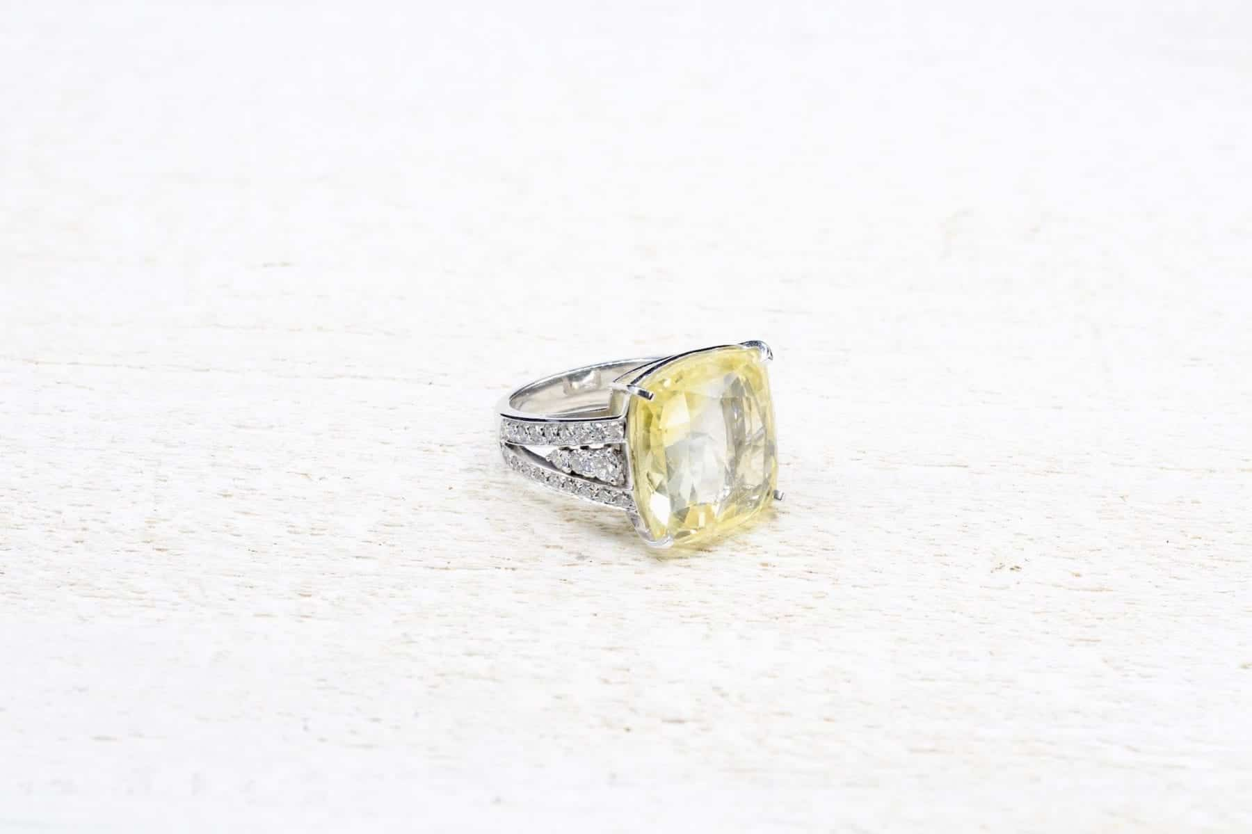 Bague saphir jaune en or blanc 18k